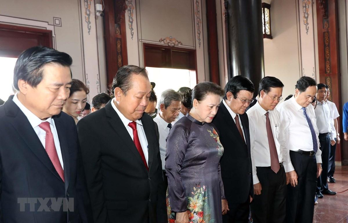 Chủ tịch Quốc hội Nguyễn Thị Kim Ngân và các đại biểu dâng hương tưởng niệm Luật sư Nguyễn Hữu Thọ. (Ảnh: Trọng Đức/TTXVN)