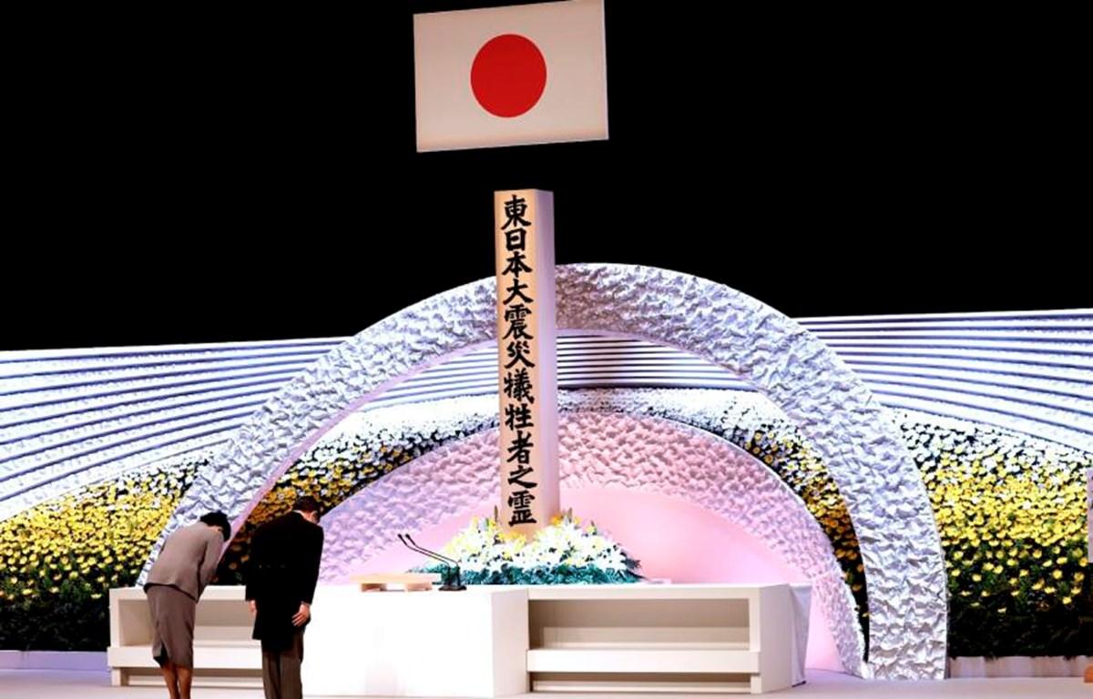 Nhật hoàng Naruhito và Hoàng hậu Masako cúi đầu tưởng niệm các nạn nhân của thảm họa kép (Nguồn: AP)