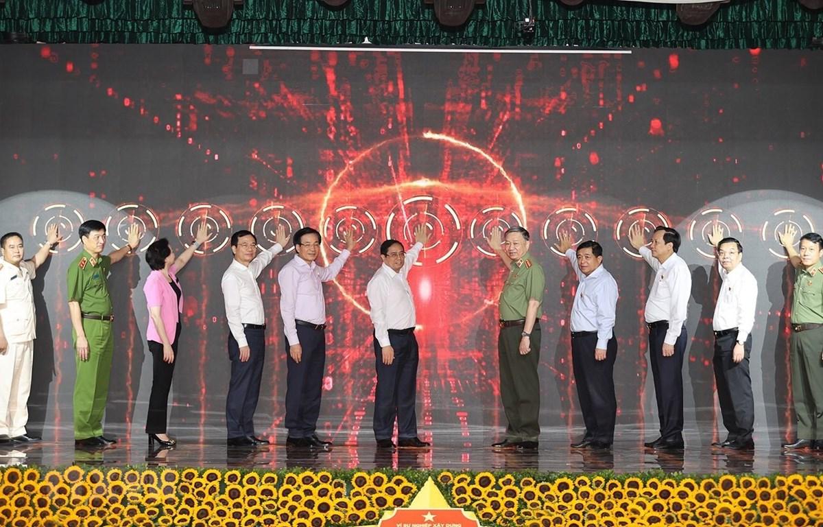 Thủ tướng Chính phủ Phạm Minh Chính và các đại biểu thực hiện Lễ công bố vận hành chính thức 2 hệ thống từ ngày 1/7/2021. (Ảnh: Dương Giang/TTXVN)