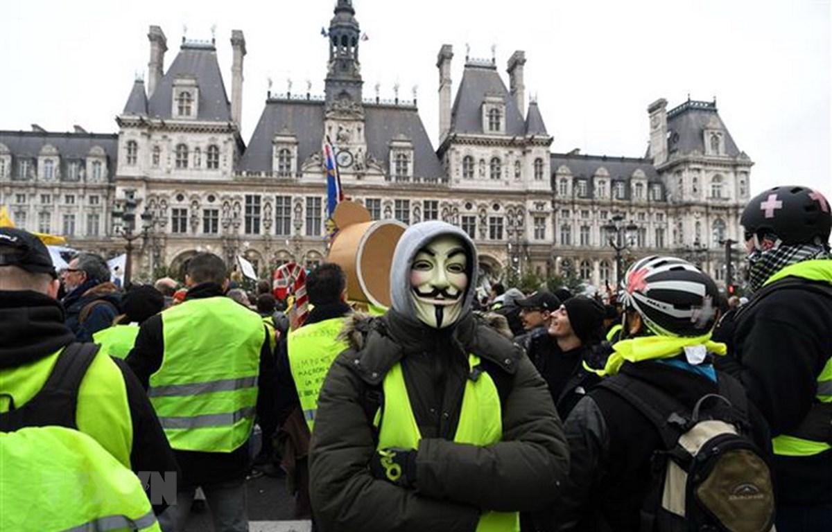 """Người biểu tình """"Áo vàng"""" tập trung tại thủ đô Paris, Pháp, ngày 5/1. (Ảnh: AFP/TTXVN)"""