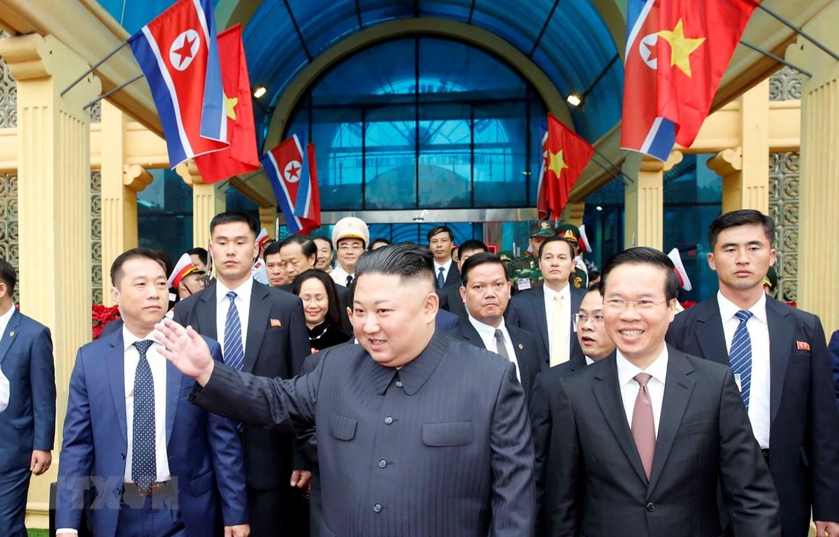 Chủ tịch Triều Tiên Kim Jong-un vẫy tay chào nhân dân Việt Nam. (Ảnh: Nhan Sáng/TTXVN)
