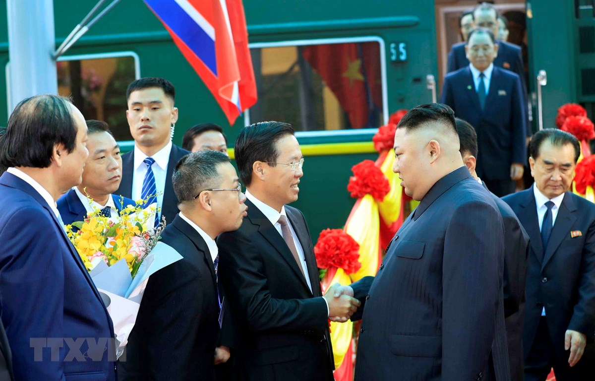 Đồng chí Võ Văn Thưởng, Ủy viên Bộ Chính trị, Bí thư Trung ương Đảng, Trưởng ban Tuyên giáo Trung ương đón Chủ tịch Triều Tiên Kim Jong-un tại ga Đồng Đăng. (Ảnh: Nhan Sáng/TTXVN)