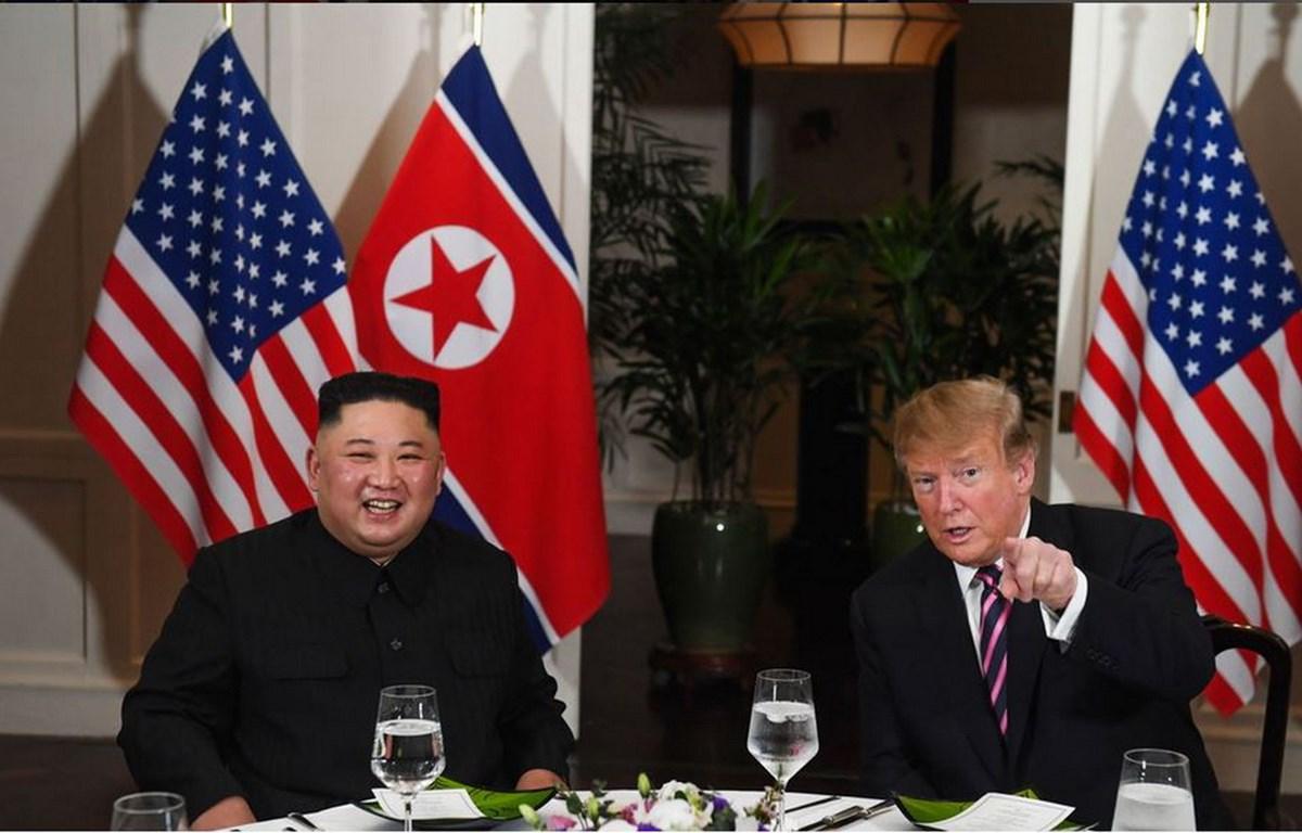 Tổng thống Mỹ Donald Trump nói chuyện với nhà lãnh đạo Triều Tiên Kim Jong-un khi ngồi ăn tối tại khách sạn Sofitel Legend Metropole ở Hà Nội ngày 27/2. (Nguồn: AFP)