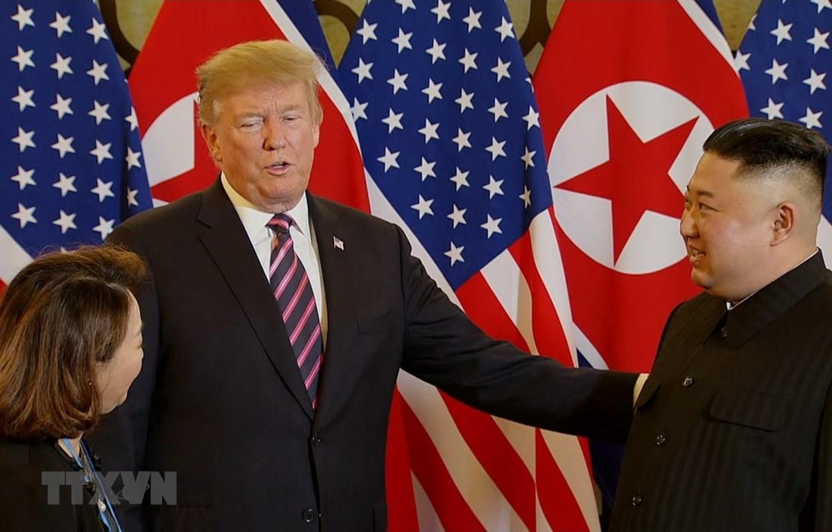 Tổng thống Mỹ Donald Trump và Chủ tịch Triều Tiên Kim Jong-un sau khi bắt tay nhau - cái bắt tay lịch sử tại Hà Nội. (Ảnh: TTXVN)