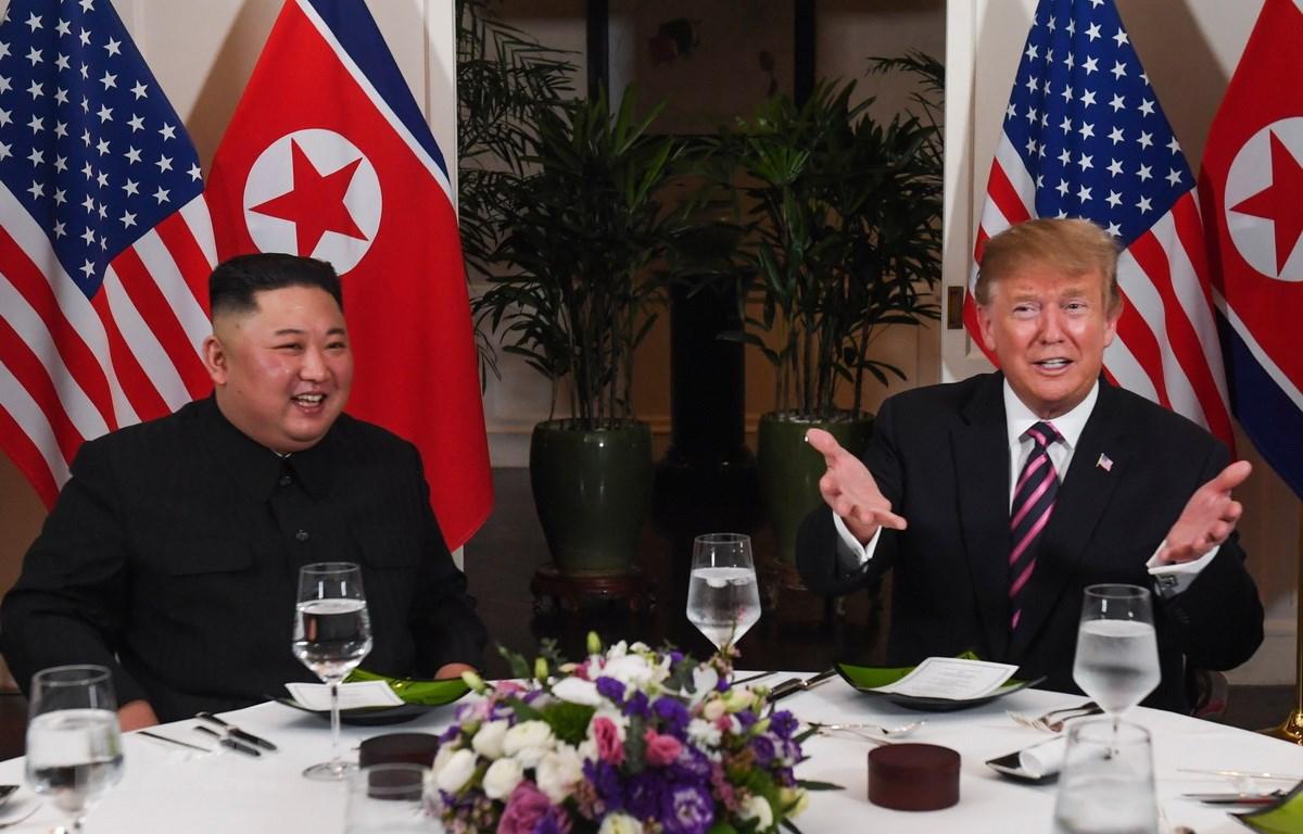 Tổng thống Mỹ Donald Trump (phải) và Chủ tịch Triều Tiên Kim Jong-un dùng bữa tối thân mật ở Hà Nội ngày 27/2. (Ảnh: AFP/TTXVN)