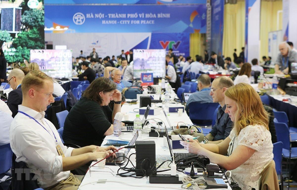 Phóng viên quốc tế tác nghiệp tại Trung tâm báo chí quốc tế trước Hội nghị. (Ảnh: Dương Giang/TTXVN)