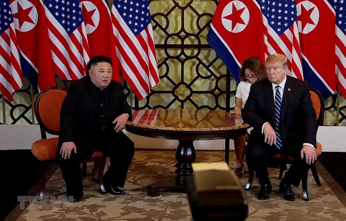 Tổng thống Mỹ Donald Trump và Chủ tịch Triều Tiên Kim Jong-un tại cuộc gặp. (Ảnh: TTXVN)