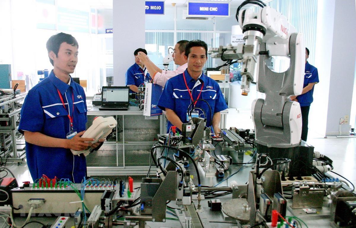 Xưởng thực hành tự động hóa với nhiều robot hiện đại tại Khu công nghệ cao TP.HCM. (Ảnh: Tiến Lực/TTXVN)