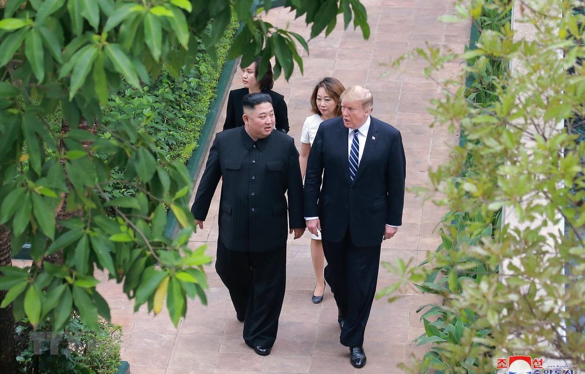 Tổng thống Mỹ Donald Trump (phải) và Chủ tịch Triều Tiên Kim Jong-un tại hội nghị thượng đỉnh Mỹ-Triều lần hai ở Hà Nội ngày 28/2 vừa qua. (Ảnh: Yonhap/TTXVN)