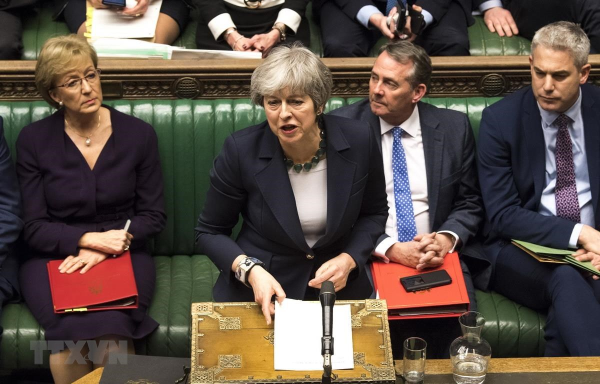 Thủ tướng Anh Theresa May (giữa) sau cuộc bỏ phiếu lần thứ 2 về thỏa thuận Brexit tại Hạ viện Anh ngày 13/3. (Ảnh: THX/TTXVN)