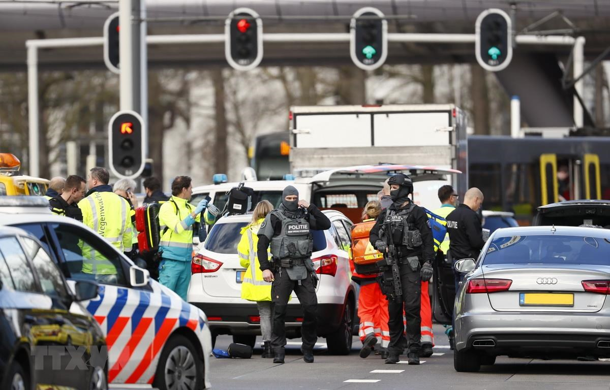 Cảnh sát điều tra tại hiện trường vụ xả súng ở Utrecht của Hà Lan, ngày 18/3. (Ảnh: AFP/TTXVN)