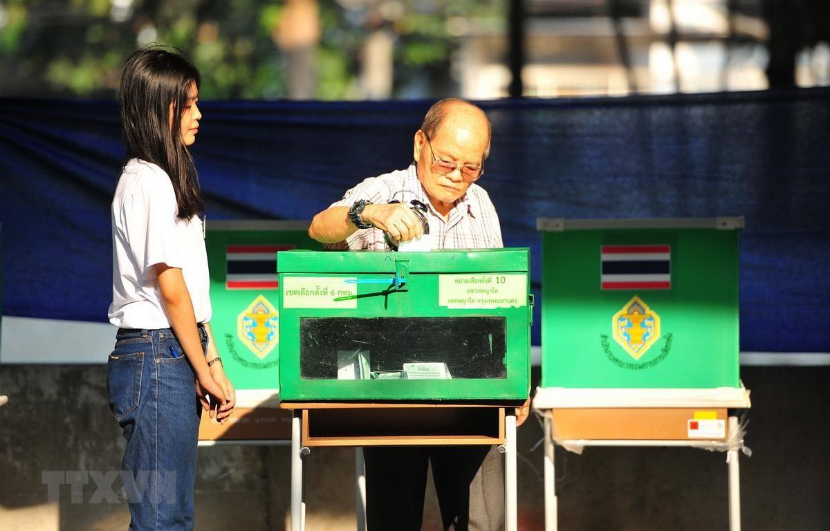 Cử tri bỏ phiếu tại một điểm bầu cử ở Bangkok của Thái Lan, ngày 24/3. (Ảnh: THX/TTXVN)