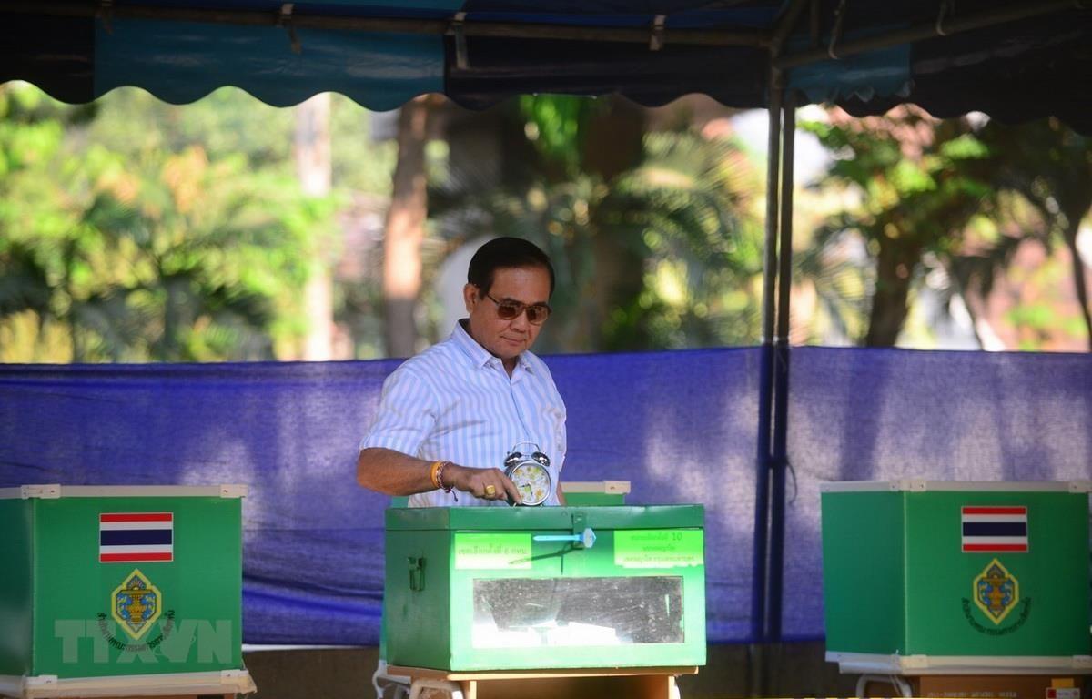 Thủ tướng Prayut Chan-ocha bỏ phiếu tại điểm bầu cử khu vực Phayathai, thủ đô Bangkok. (Ảnh: Sơn Nam/TTXVN)