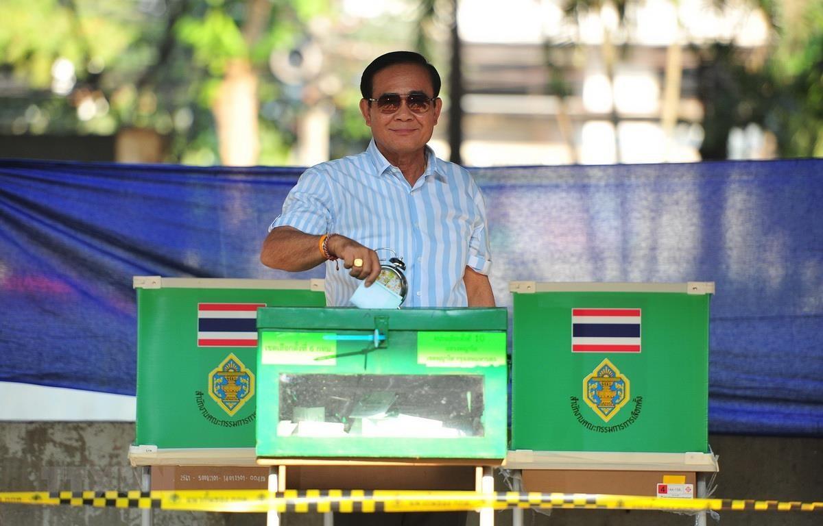 Thủ tướng Thái Lan Prayut Chan-o-cha bỏ phiếu tại một điểm bầu cử ở Bangkok ngày 24/3. (Ảnh: THX/TTXVN)