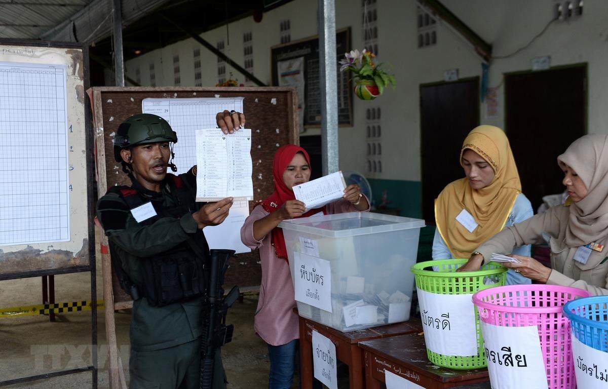 Nhân viên an ninh và nhân viên bầu cử Thái Lan kiểm kết quả bỏ phiếu tại một điểm bầu cử ở Narathiwat ngày 24/3. (Ảnh: AFP/TTXVN)