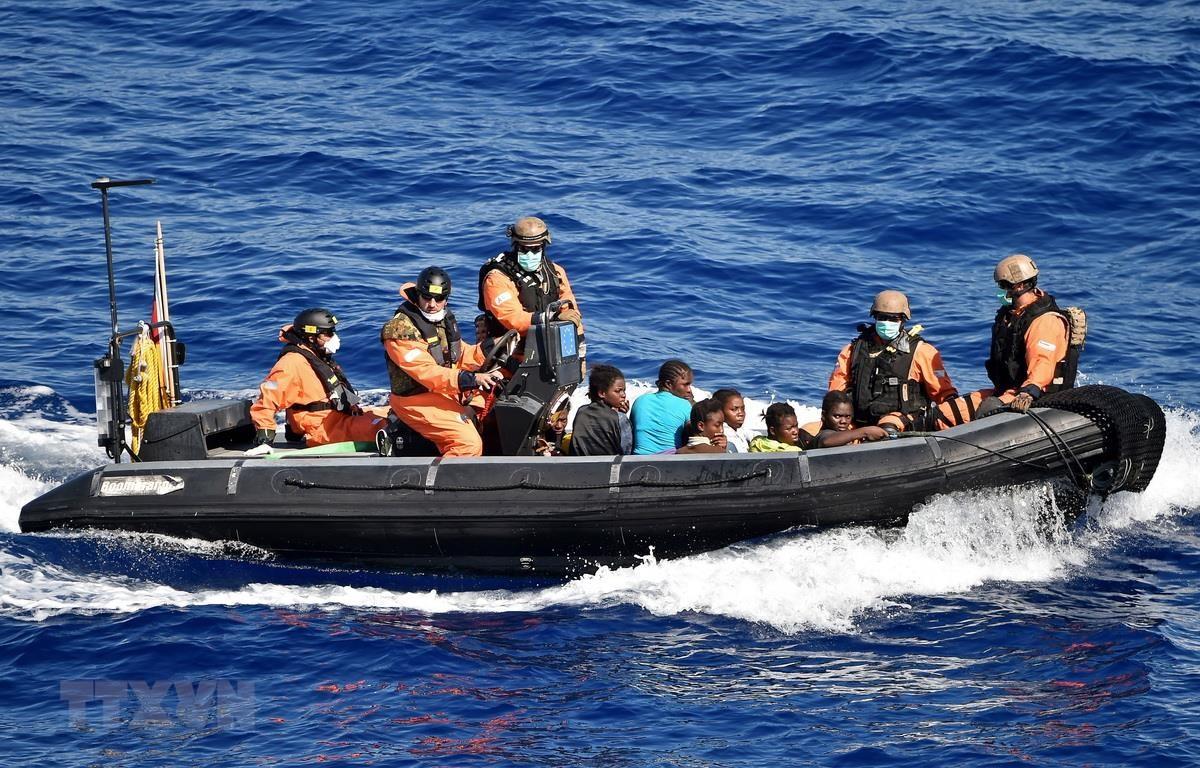 Lực lượng Hải quân EU giải cứu người di cư trên Địa Trung Hải. (Ảnh: AFP/TTXVN)