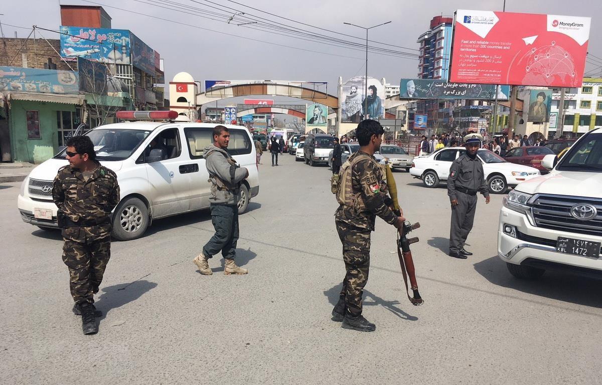 Lực lượng an ninh Afghanistan gác tại hiện trường một vụ nổ ở Kabul. (Ảnh: AFP/TTXVN)
