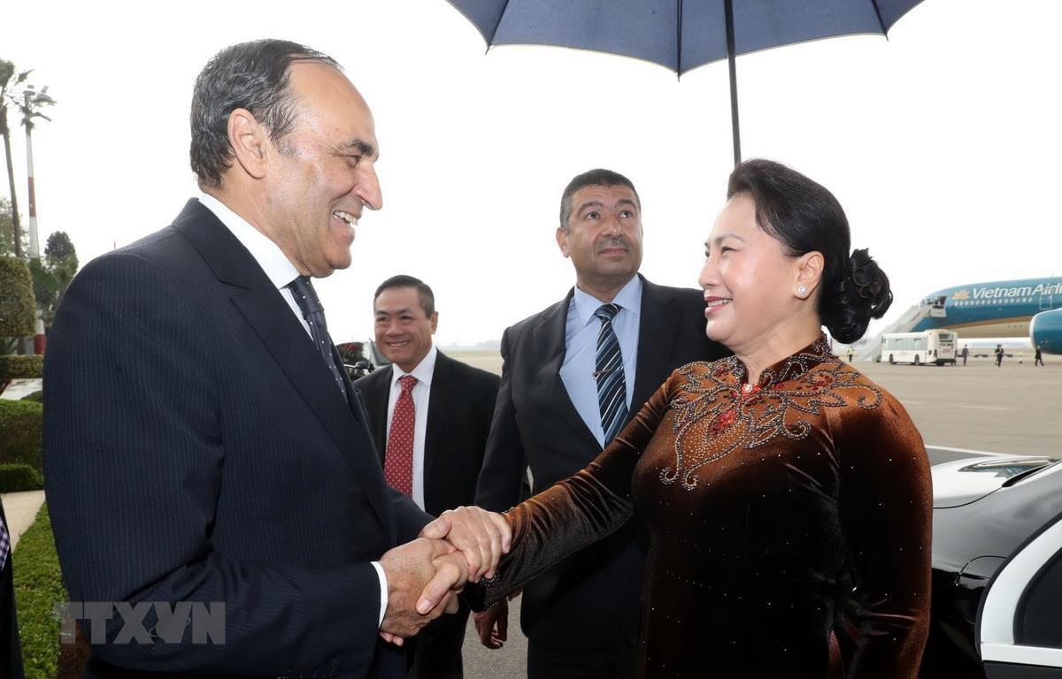 Chủ tịch Hạ viện Maroc Habib El Malki đón Chủ tịch Quốc hội Nguyễn Thị Kim Ngân tại sân bay quốc tế Rabat Salle ở thủ đô Rabat. (Ảnh: Trọng Đức/TTXVN)