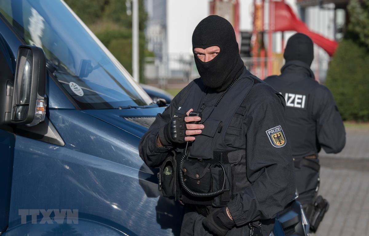 Cảnh sát trong một chiến dịch truy quét các bang nhóm tội phạm. (Ảnh: AFP/TTXVN)