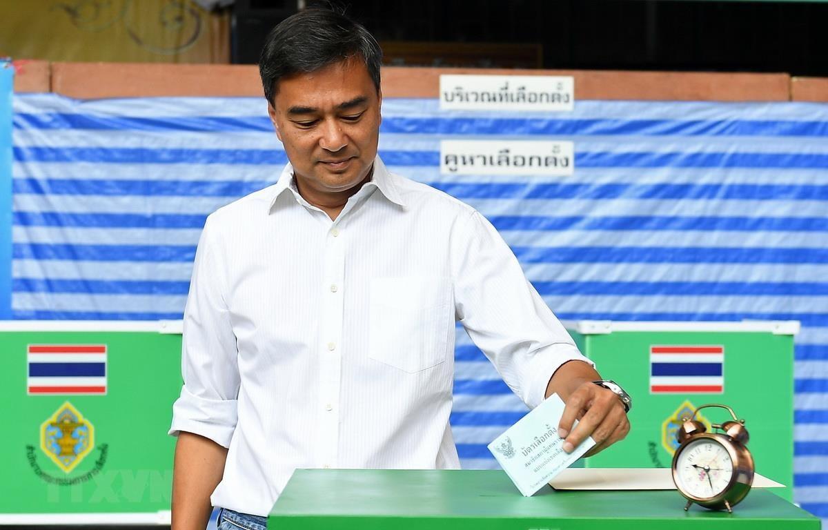 Cựu Thủ tướng Thái Lan Abhisit Vejjajiva, lãnh đạo đảng Dân chủ, bỏ phiếu tổng tuyển cử tại điểm bầu cử ở Bangkok ngày 24/3 vừa qua. (Ảnh: AFP/TTXVN)