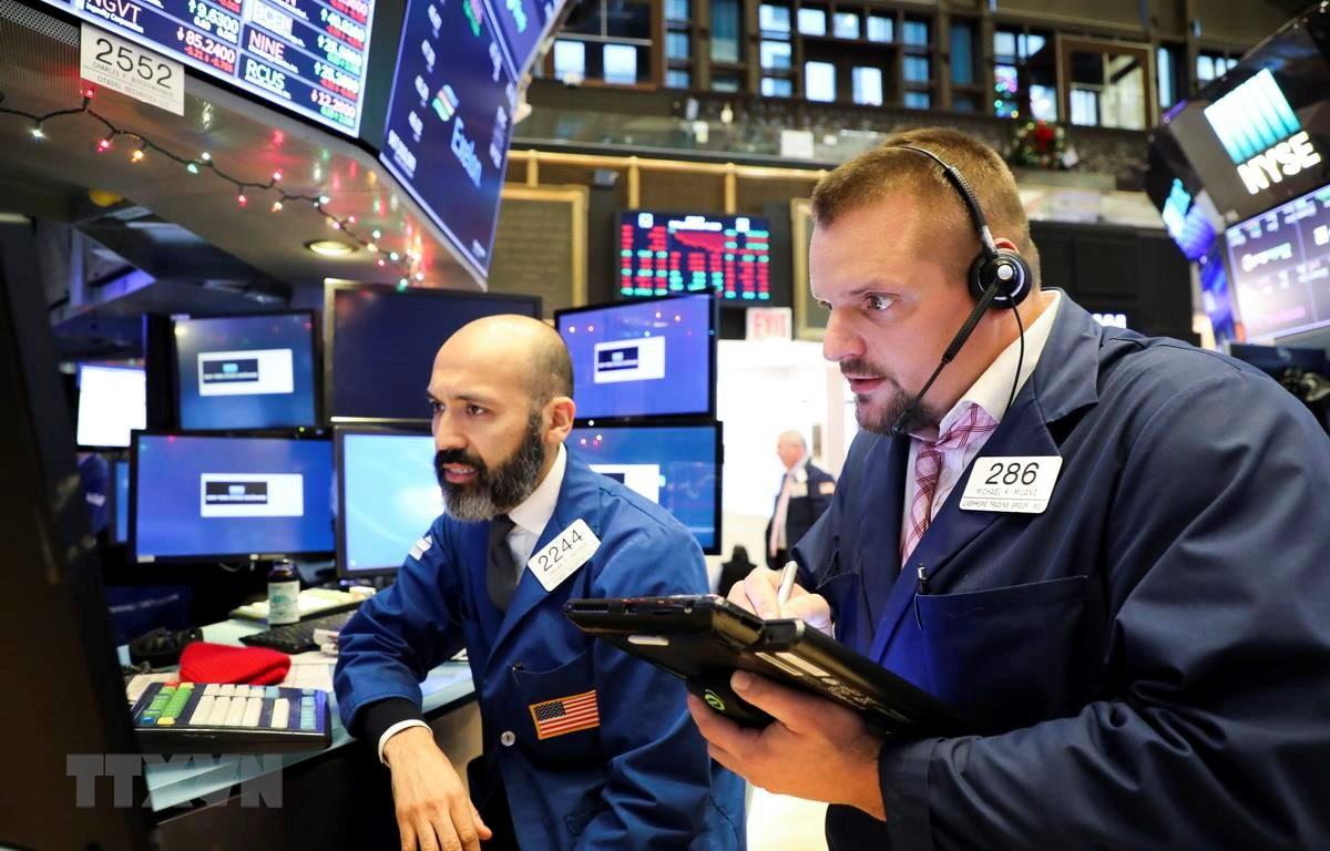 Các giao dịch viên tại một sàn giao dịch chứng khoán New York của Mỹ. (Ảnh: THX/TTXVN)