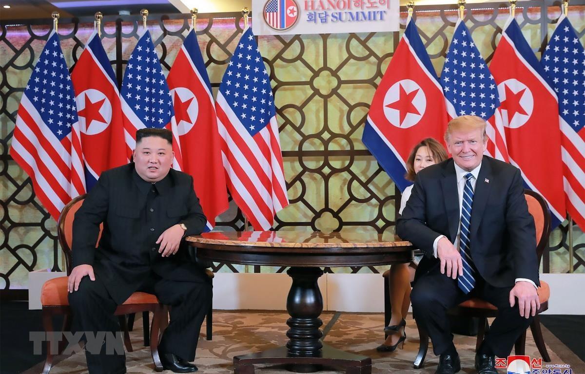 Tổng thống Mỹ Donald Trump (phải) và nhà lãnh đạo Triều Tiên Kim Jong-un (trái) tại cuộc gặp ở Hà Nội ngày 28/2 vừa qua. (Ảnh: AFP/TTXVN)