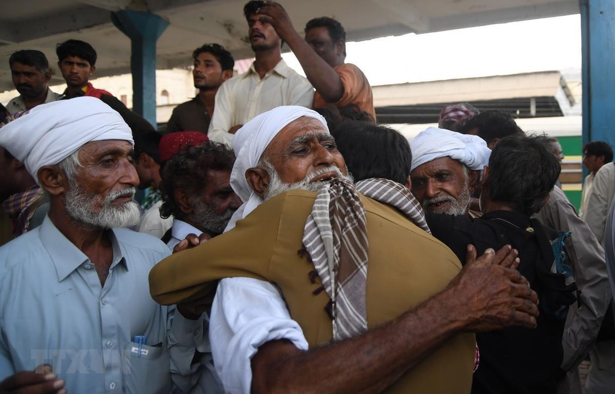 Các ngư dân Ấn Độ được trả tự do gặp lại người thân tại Karachi ngày 10/8/2018. (Ảnh: AFP/TTXVN)