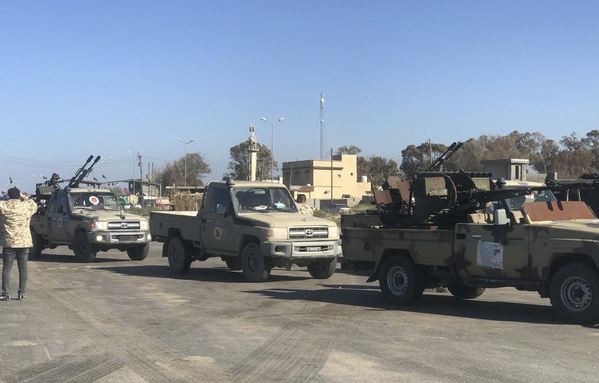 Lực lượng trung thành với Chính phủ được Liên hợp quốc bảo trợ được điều động tới Tajura, ngoại ô thủ đô Tripoli ngày 6/4 vừa qua. (Ảnh: AFP/TTXVN)