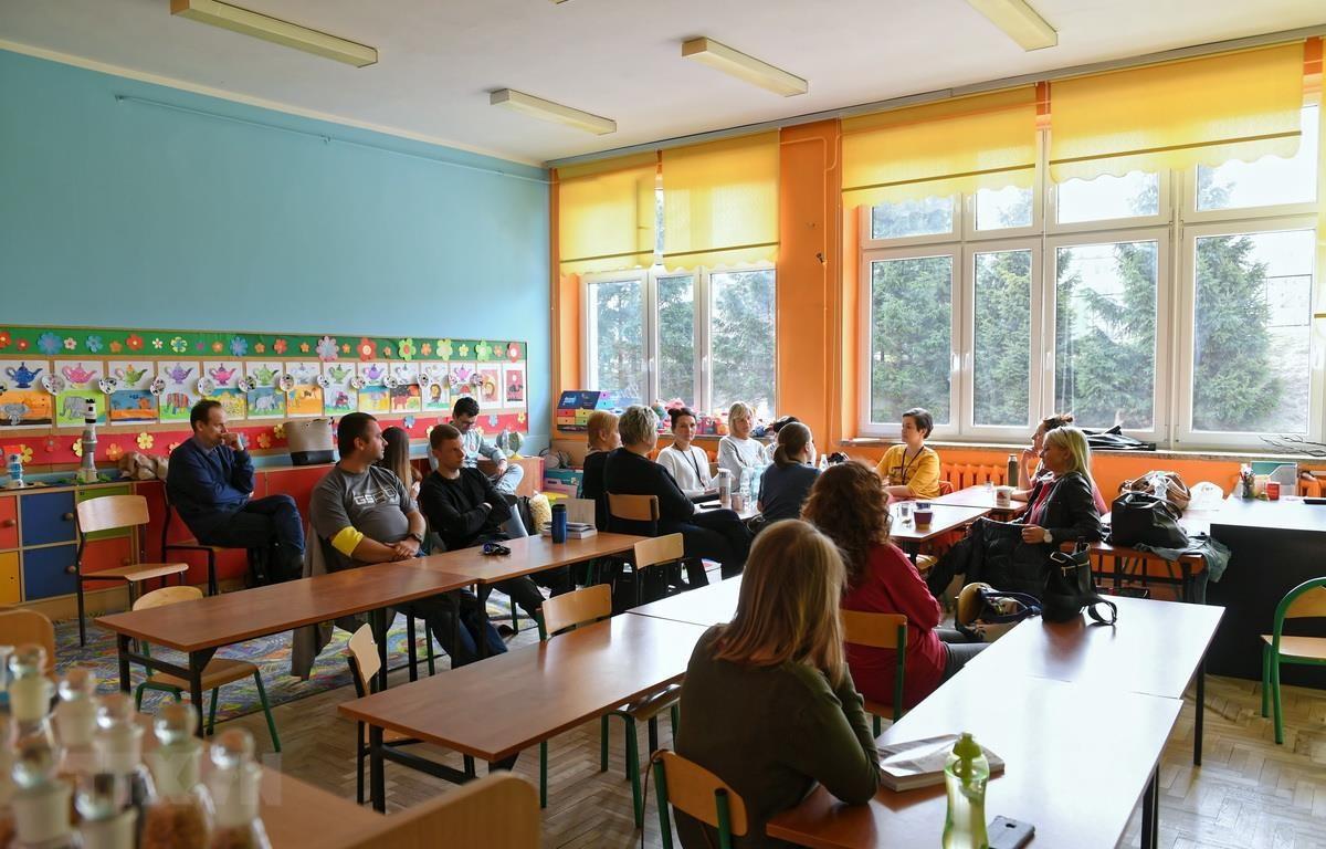 Giáo viên tập trung tại một lớp học trong thời gian đình công ở Gdansk, Ba Lan, ngày 8/4. (Ảnh: PAP/TTXVN)