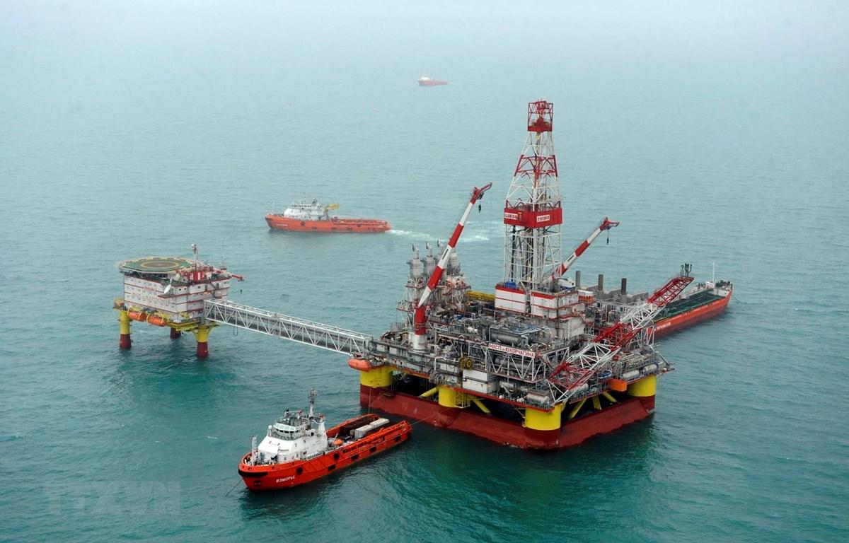 Giàn khoan dầu LSP-1 của Tập đoàn LUKOIL, Nga tại giếng dầu Korchagin trên biển Caspi. (Ảnh: AFP/TTXVN)