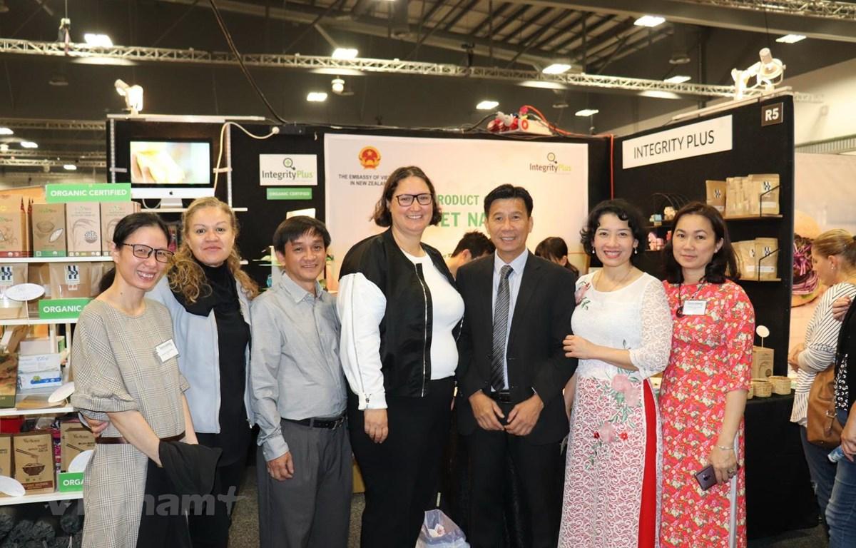 Đại sứ Việt Nam tại New Zealand Tạ Văn Thông tại hội chợ. (Nguồn: Khánh Linh/Vietnam+)