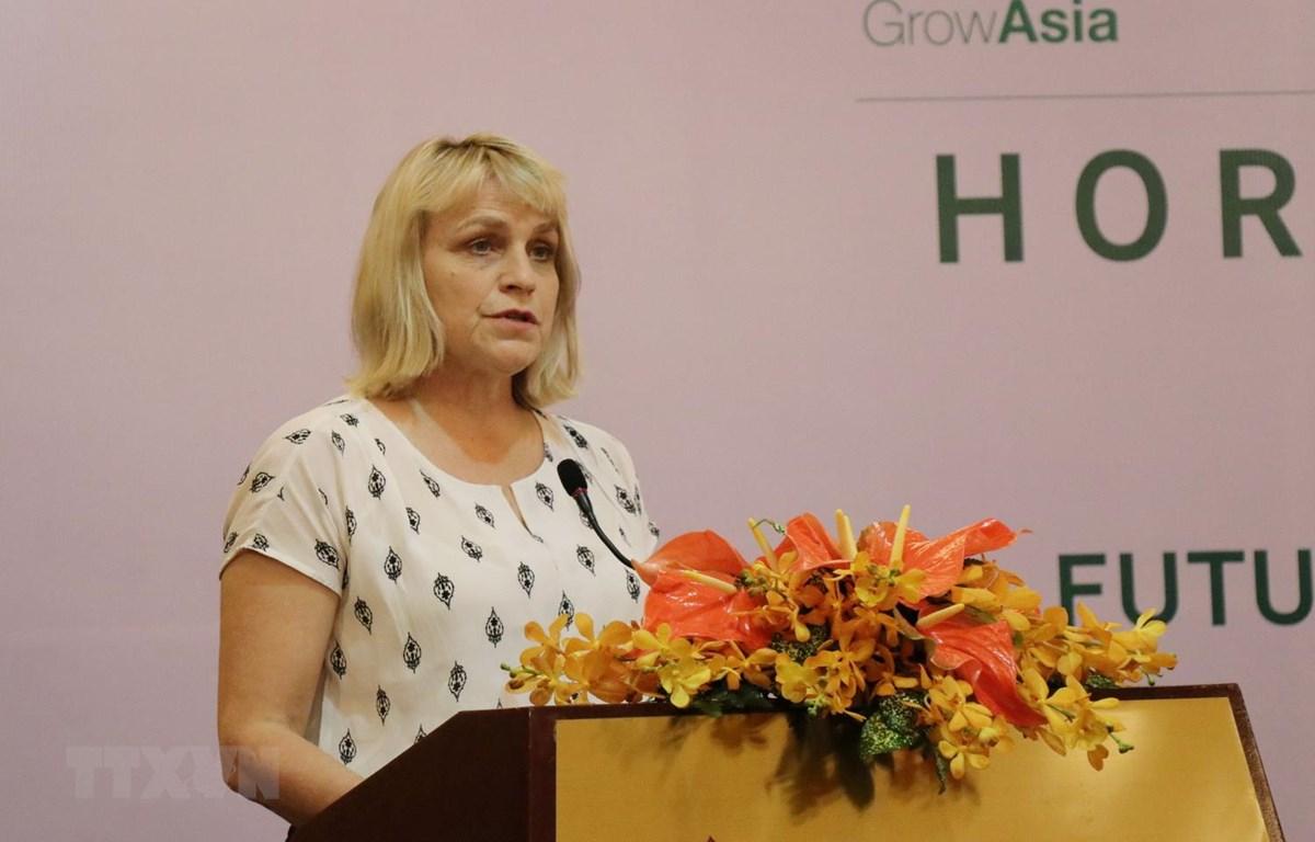 Bà Marjolijn Sonnema, Thứ trưởng Bộ Nông nghiệp, Thiên nhiên và Chất lượng thực phẩm Vương quốc Hà Lan chia sẻ về ngành trọt của Hà Lan. (Ảnh: Tiến Lực/TTXVN)