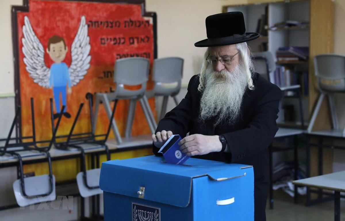 Cử tri Israel bỏ phiếu tại điểm bầu cử ở Jerusalem ngày 9/4 vừa qua. (Ảnh: AFP/TTXVN)