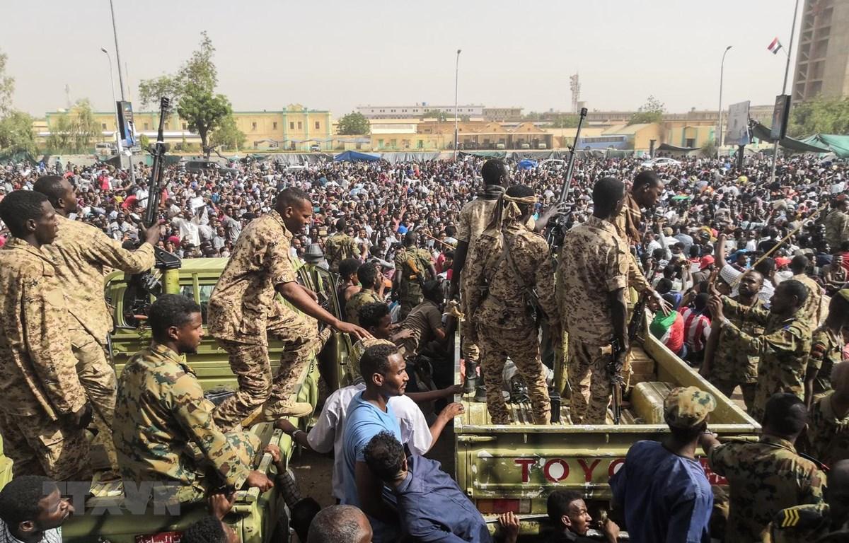 Binh sỹ Sudan gác gần trụ sở Bộ Quốc phòng ở thủ đô Khartoum khi đông đảo người dân biểu tình phản đối chính quyền của Tổng thống Omar al-Bashir, ngày 11/4. (Ảnh: AFP/TTXVN)
