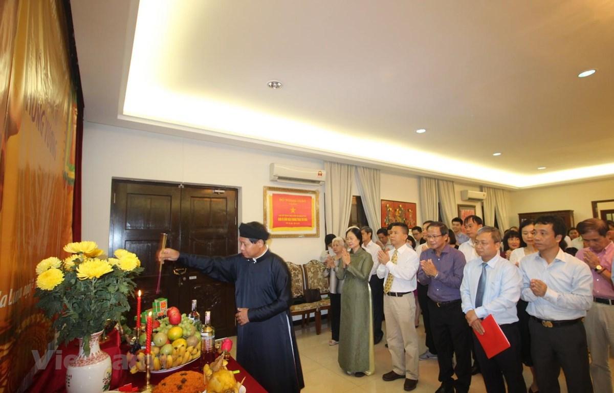 Đại sứ Lê Quý Quỳnh dâng hương lên bàn thờ Quốc Tổ Hùng Vương. (Ảnh: Ngọc Hà/Vietnam+)