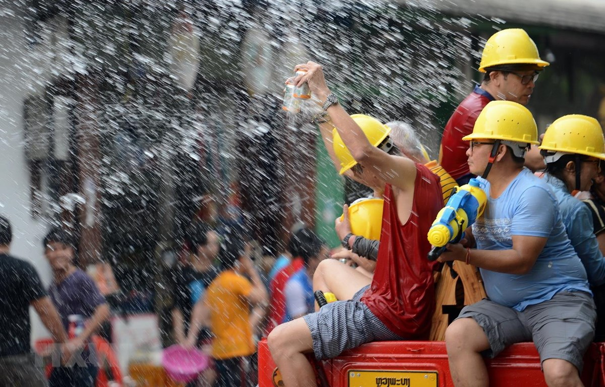 Tết té nước là một trong những lễ hội văn hoá truyền thống của Lào, được gọi là Bun Pi May. (Ảnh: TTXVN)