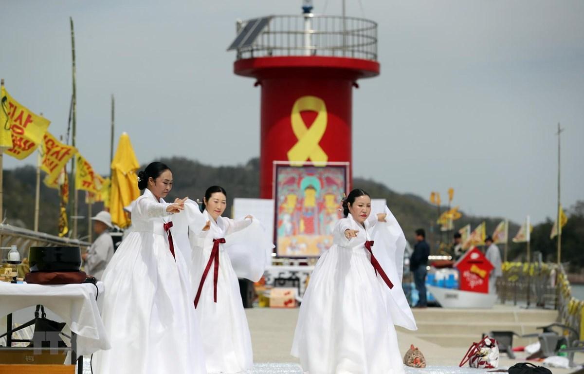 Lễ tưởng niệm 5 năm ngày xảy ra thảm kịch chìm phà Sewol ở ngoài khơi đảo Jin ngày 16/4. (Ảnh: Yonhap/TTXVN)