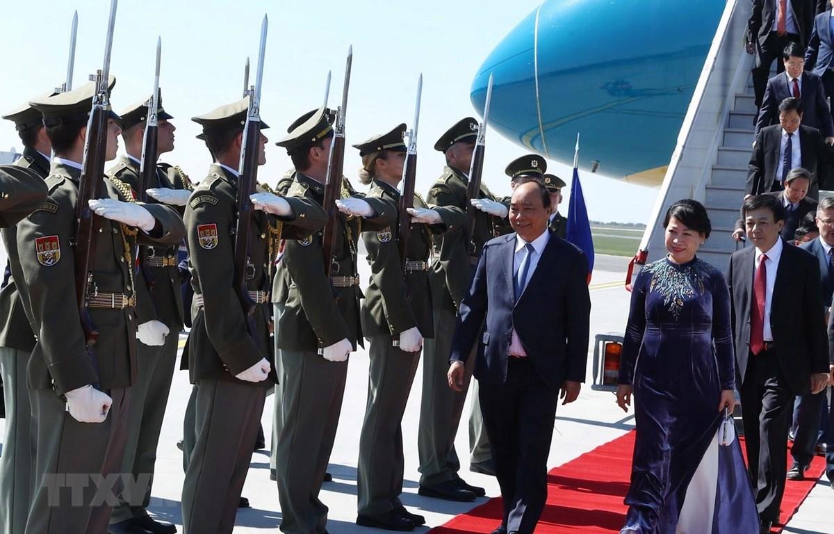 Lễ đón Thủ tướng Nguyễn Xuân Phúc và Phu nhân tại sân bay quốc tế Vaclav Havel, Praha. (Ảnh: Thống Nhất/TTXVN)