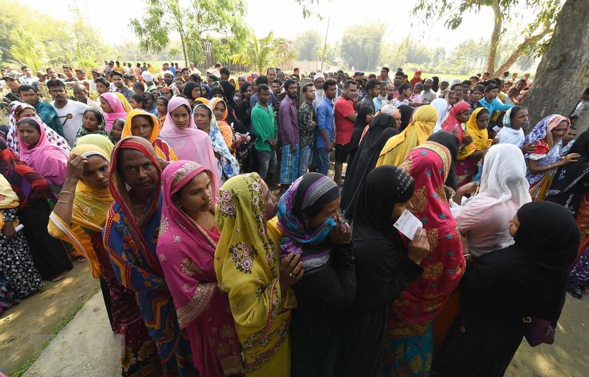Cử tri Ấn Độ xếp hàng chờ bỏ phiếu tại một địa điểm bầu cử ở làng Samuguri, cách thủ phủ Guwahati, bang Assam khoảng 150km ngày 11/4 vừa qua. (Ảnh: AFP/TTXVN)