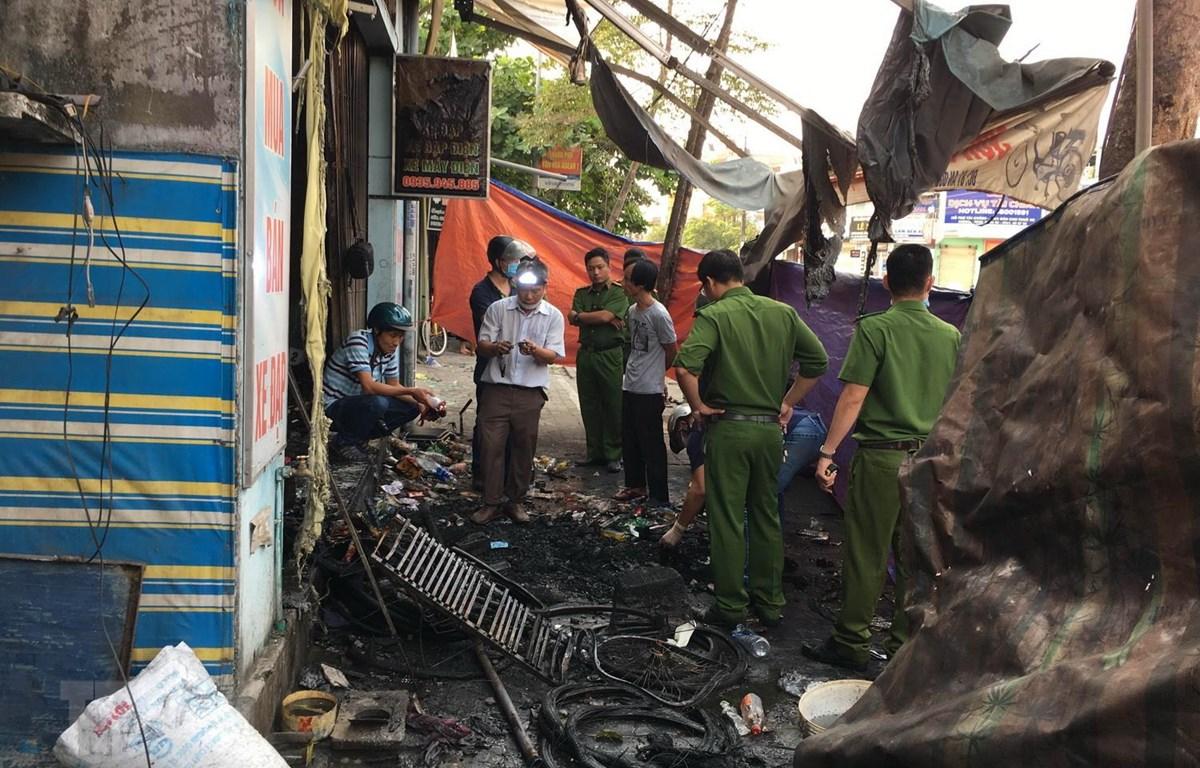Lực lượng cức năng tỉnh Thừa Thiên-Huế đang khám nghiệm hiện trường, điều tra nguyên nhân vụ cháy. (Ảnh: Hồ Cầu/TTXVN)