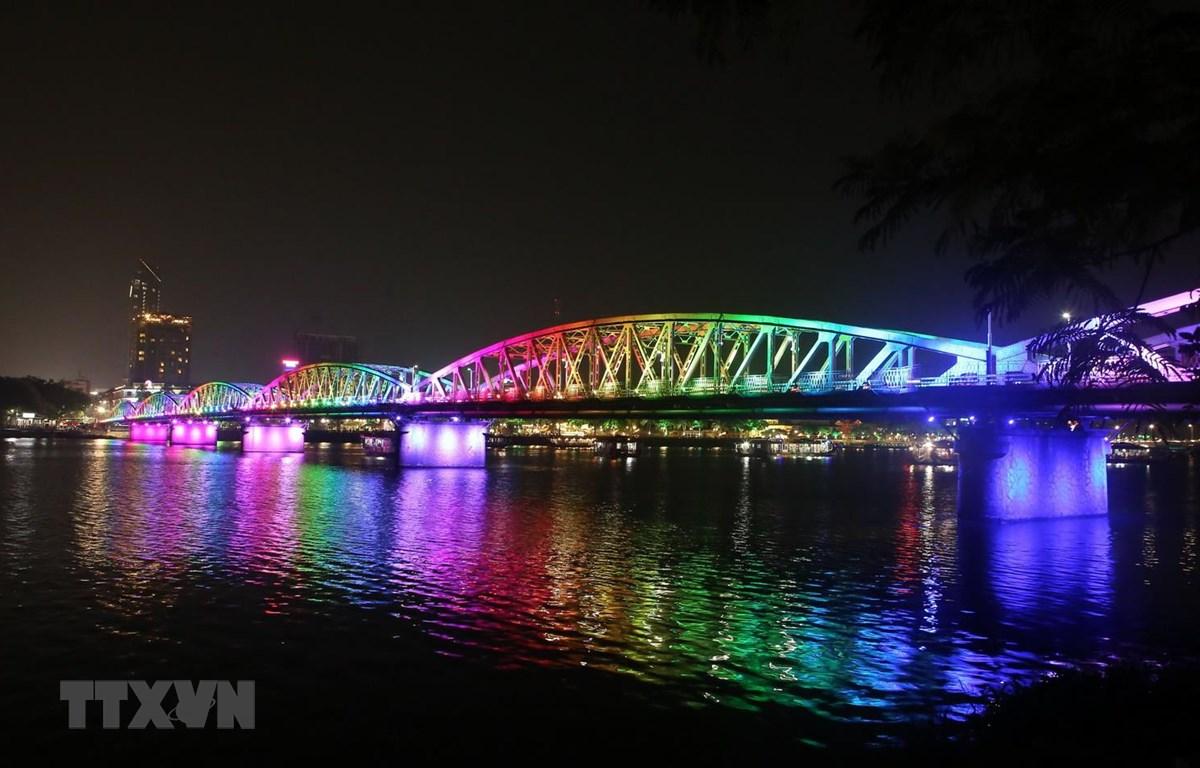 Cầu Trường Tiền lung linh về đêm dưới hiệu ứng chiếu sáng từ hệ thống đèn Led mới. (Ảnh: Hồ Cầu/TTXVN)