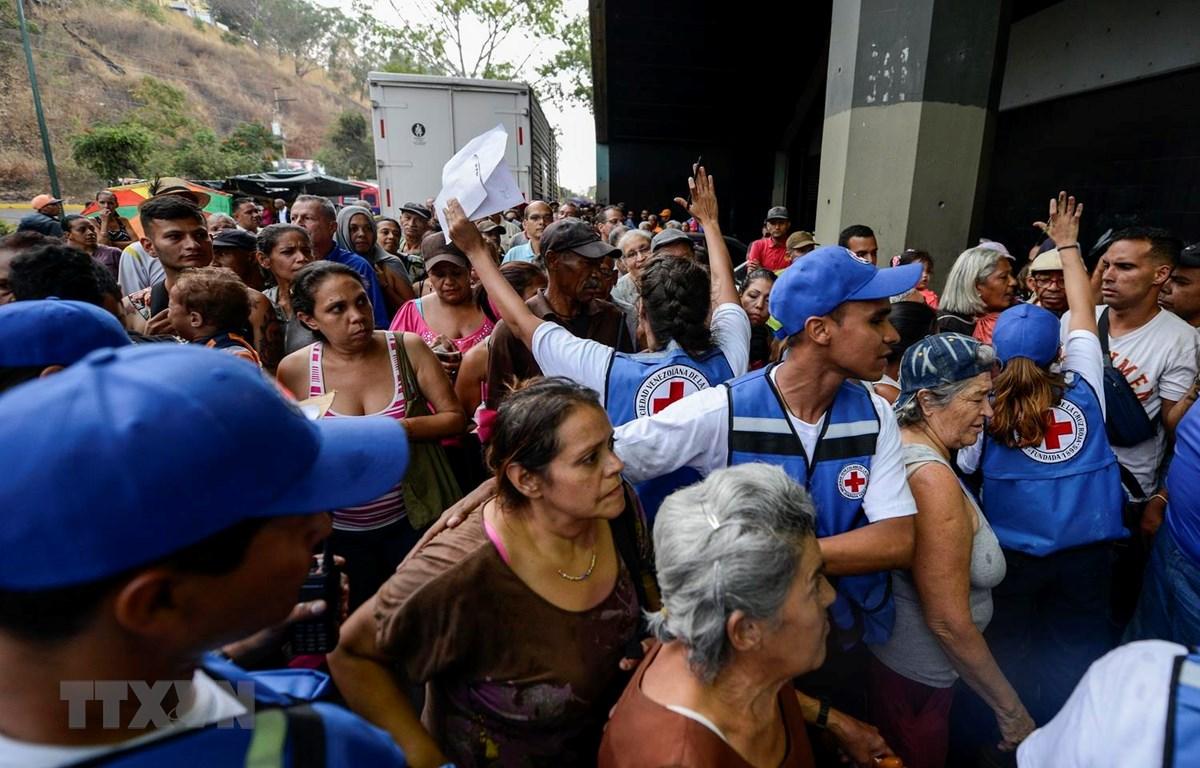 Người dân Venezuela xếp hàng nhận hàng hóa cứu trợ ở Caricuao, ngoại ô Caracas ngày 16/4. (Ảnh: AFP/TTXVN)