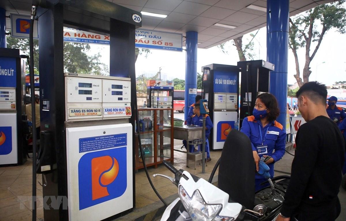 Khách đến mua xăng tại cửa hàng xăng dầu số 85, Công ty xăng dầu khu vực I ở phố Nguyễn Văn Cừ, Gia Thuỵ, quận Long Biên, Hà Nội. (Ảnh: Minh Quyết/TTXVN)