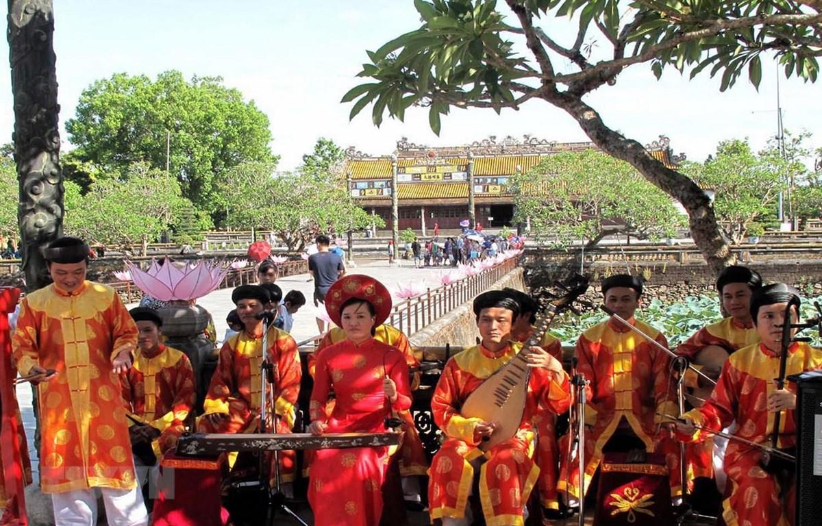 Biểu diễn Nhã nhạc tại Đại Nội, Huế. (Ảnh: Quốc Việt/TTXVN)