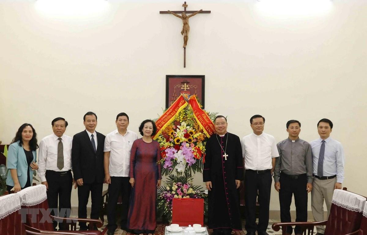 Bà Trương Thị Mai tặng hoa chúc mừng Lễ Phục sinh Tổng Giám Mục Hà Nội Guise Vũ Văn Thiên. (Ảnh: Phương Hoa/TTXVN)