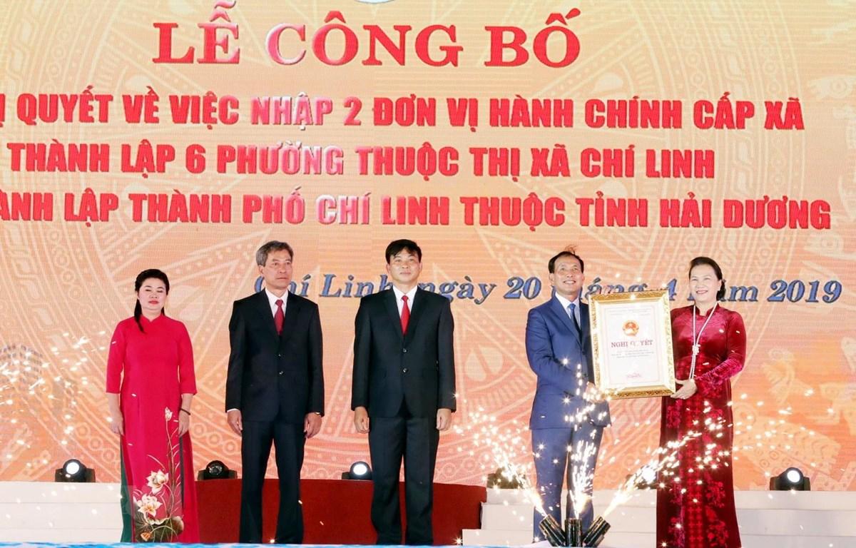 Chủ tịch Quốc hội Nguyễn Thị Kim Ngân trao Nghị quyết thành lập thành phố Chí Linh cho lãnh đạo thành phố. (Ảnh: Trọng Đức/TTXVN)