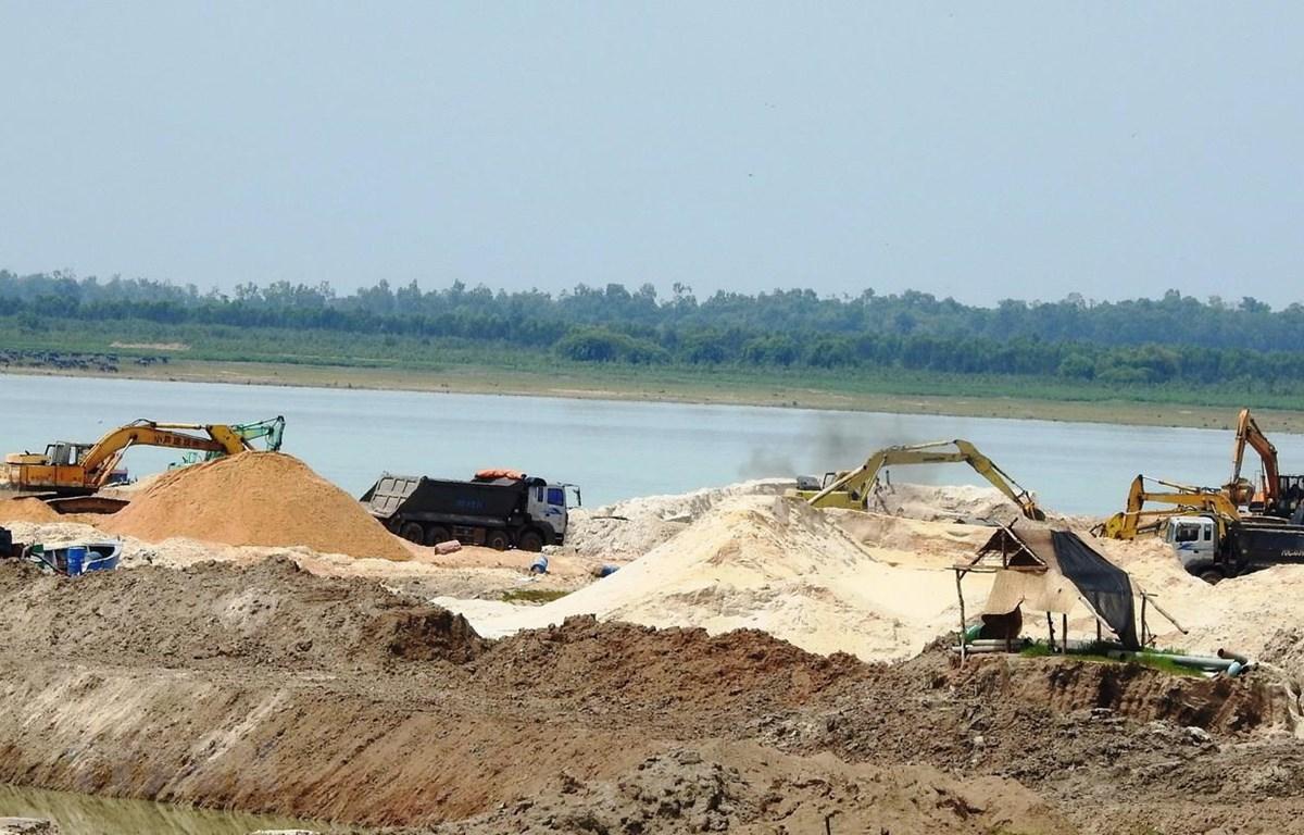 Khai thác cát trong hồ Dầu Tiếng. (Ảnh: Thanh Tân/TTXVN)