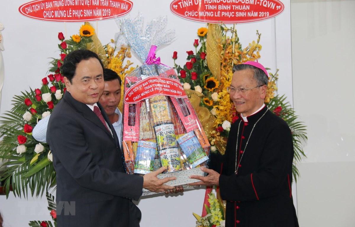 Chủ tịch Ủy ban Trung ương Mặt trận Tổ quốc Việt Nam Trần Thanh Mẫn tặng quà chúc mừng Lễ phục sinh năm 2019 tại Tòa Giám mục Giáo phận Phan Thiết. (Ảnh: Nguyễn Thanh/TTXVN)