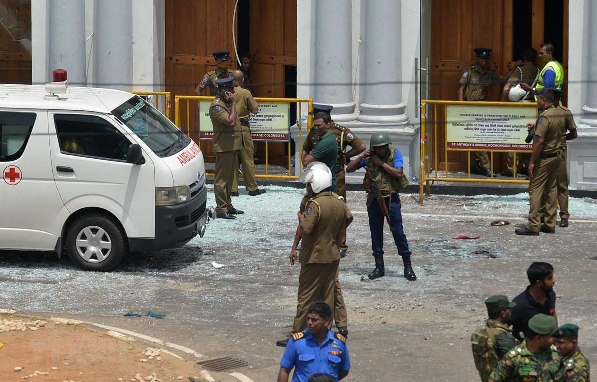Lực lượng an ninh làm nhiệm vụ tại hiện trường vụ nổ ở nhà thờ thuộc khu vực Kochchikade, thủ đô Colombo của Sri Lanka, ngày 21/4. (Ảnh: AFP/ TTXVN)