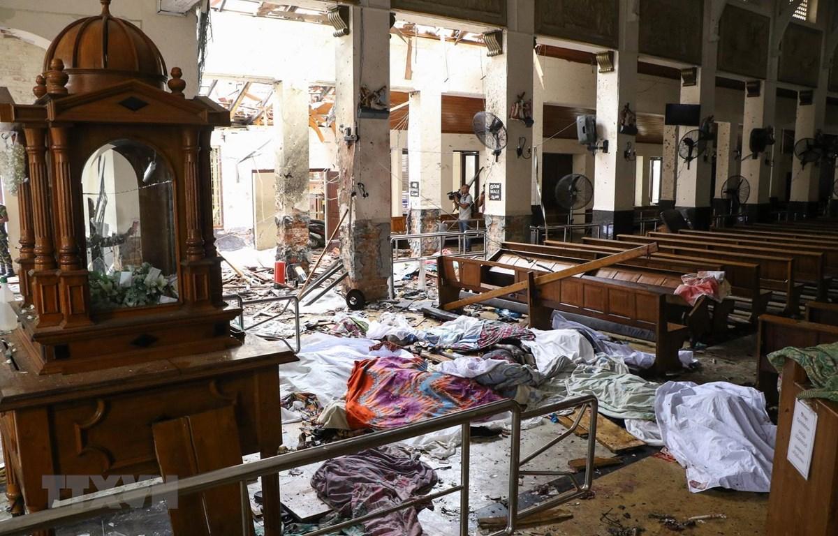 Hiện trường vụ nổ bên trong nhà thờ ở Kochchikade, Colombo, Sri Lanka, ngày 21/4. (Ảnh: AFP/TTXVN)